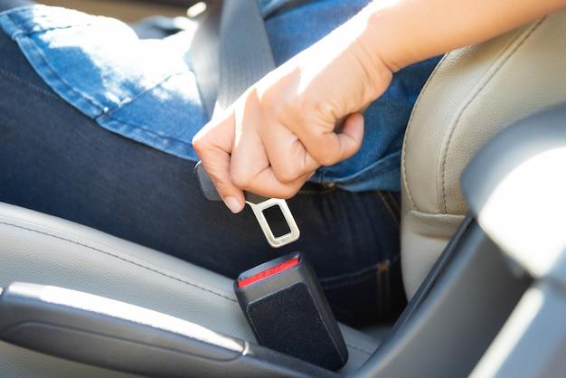 Femme, main, séance, intérieur, voiture, fixation, ceinture