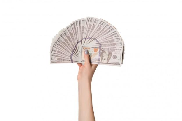 Femme main tenant des billets sur fond blanc