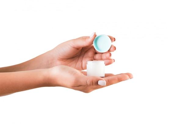 Femme main tenant une bouteille de crème de lotion isolée