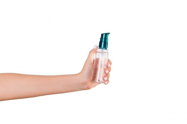 Femme main tenant une bouteille de crème de lotion isolée,