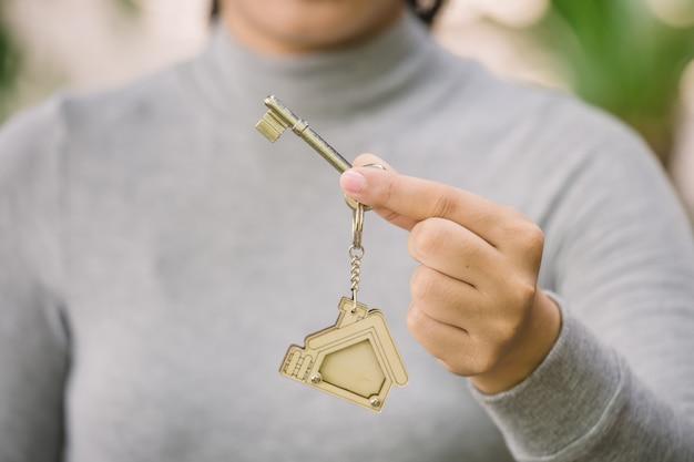 Femme main tenant la clé de la maison