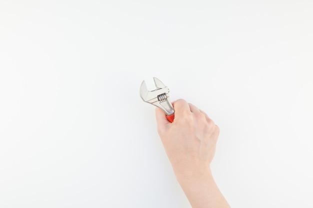 Femme main tenant une clé