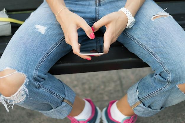 Femme main tenant un gros plan de téléphone portable