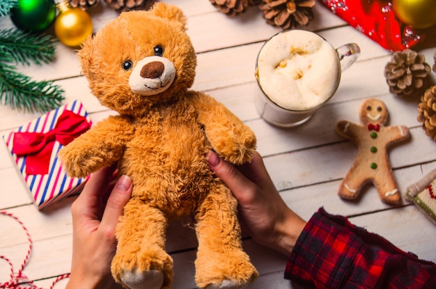 Femme main tenant un ours en peluche