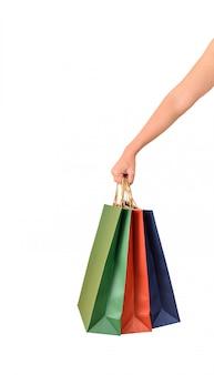 Femme main tenant des sacs à provisions papaer colorés vierges