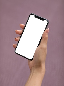Femme main tenant un smartphone avec écran blanc