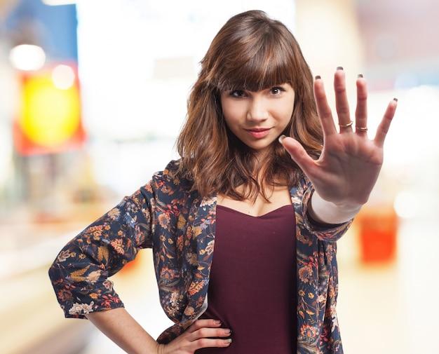 Femme avec une main tendue en signe de