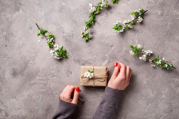 Femme main tenir des boîtes à cadeaux.