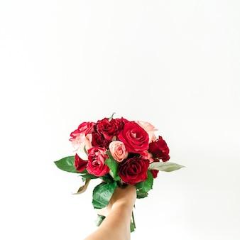 Femme main tenir bouquet de fleurs rose rose et rouge isolé sur blanc