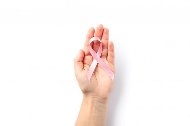 Femme main tenir ruban de sensibilisation rose
