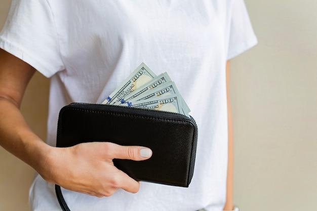 Femme, main, tenue, portefeuille, argent comptant