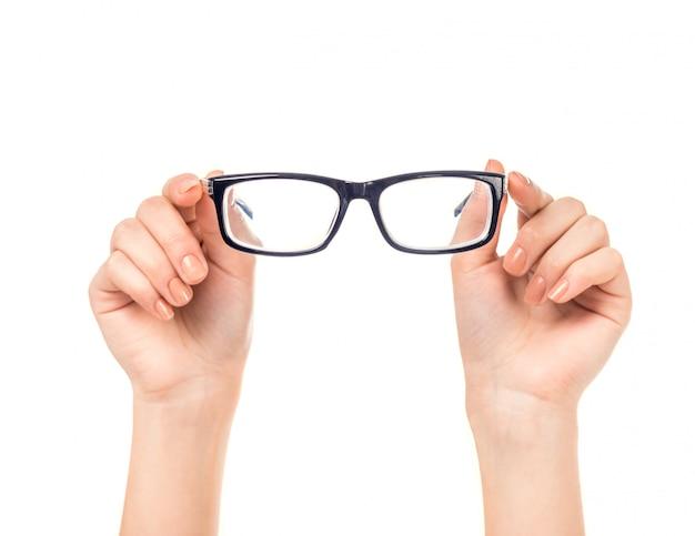Femme main tient des lunettes isolées