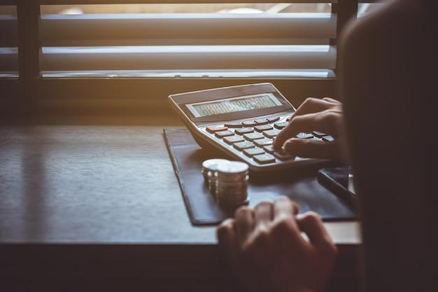 Femme main utilise un calculateur de taxe.