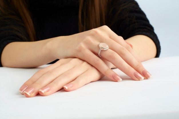 Femme, mains, anneau, manucure