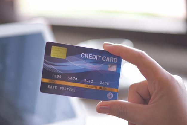 Femme, mains, carte de crédit
