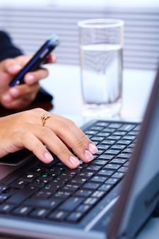 Femme, mains, clavier ordinateur portable