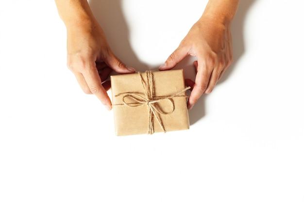 Femme, mains, emballer, cadeau