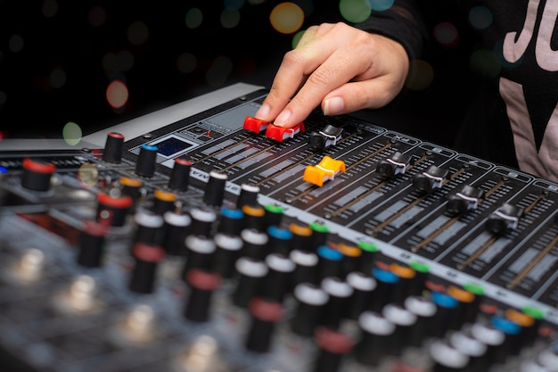 Femme mains mixage audio par mélangeur de sons analogique