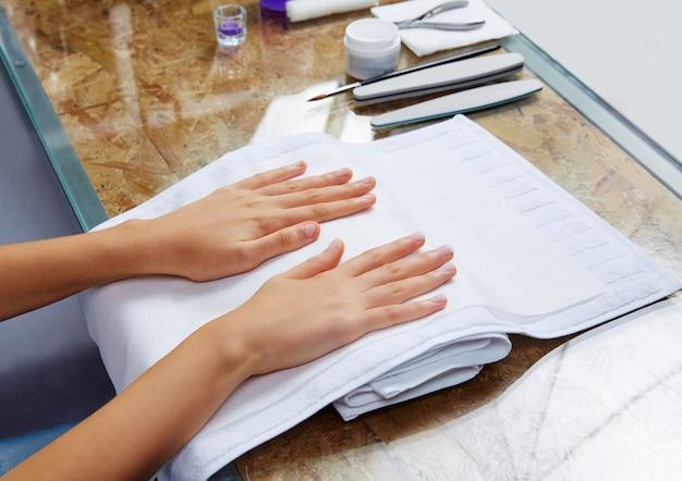 Femme mains avec des ongles avant le traitement