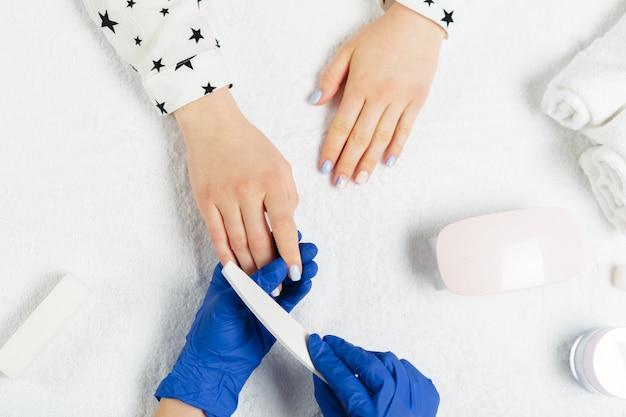 Femme mains recevant une manucure dans un salon de beauté
