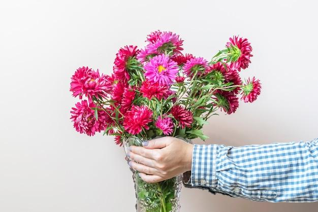 La femme mains tenant un bouquet de fleurs copie espace design minimaliste