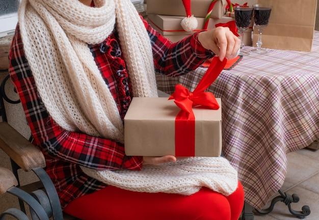 Femme mains tenir boîte de livraison cadeaux vacances nouvel an