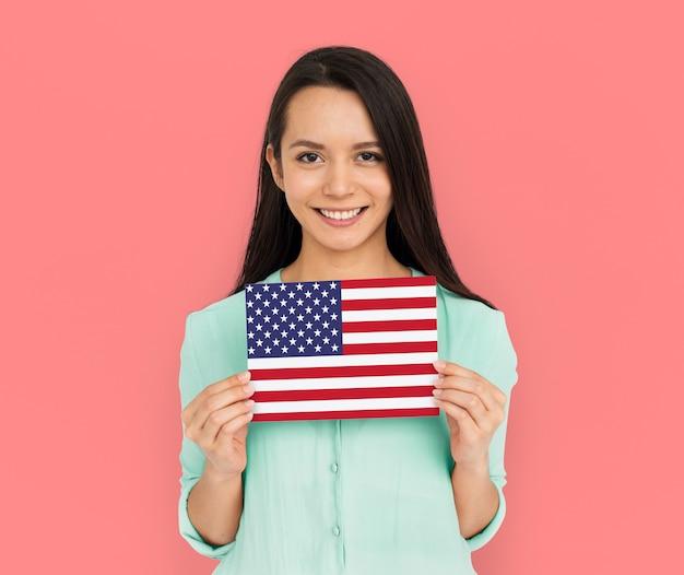 Femme mains tenir drapeau américain patriotisme