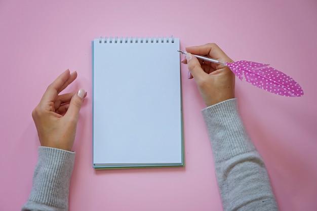 Femme, mains, tenue, stylo, plume, bloc-notes