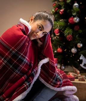 Femme à la maison couverte de couverture