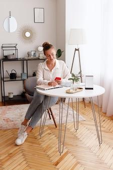 Femme à la maison, écrit, dans, agenda