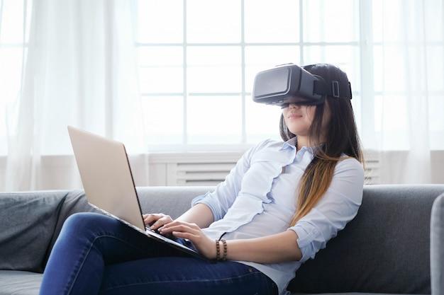 Femme à la maison avec ordinateur portable