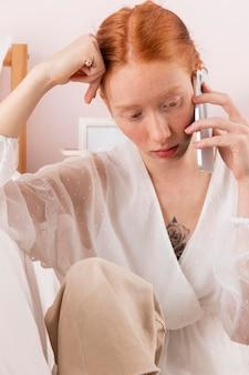 Femme à la maison parlant sur mobile