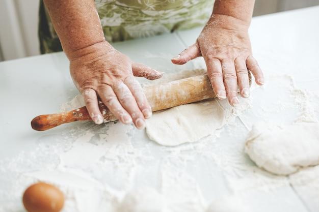 Femme à la maison, pétrir la pâte pour cuire des pâtes à pizza ou du pain.