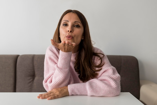 Femme à la maison en quarantaine soufflant des bisous