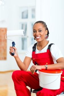Femme, maison, rénover, bricolage