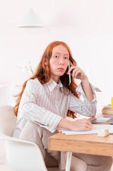 Femme à la maison travaillant sur ordinateur portable