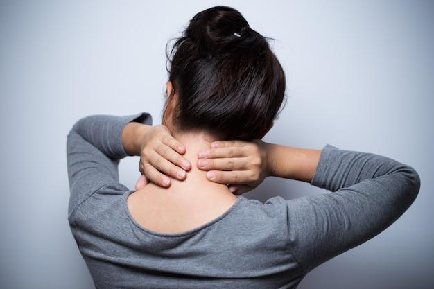 La femme a mal au cou