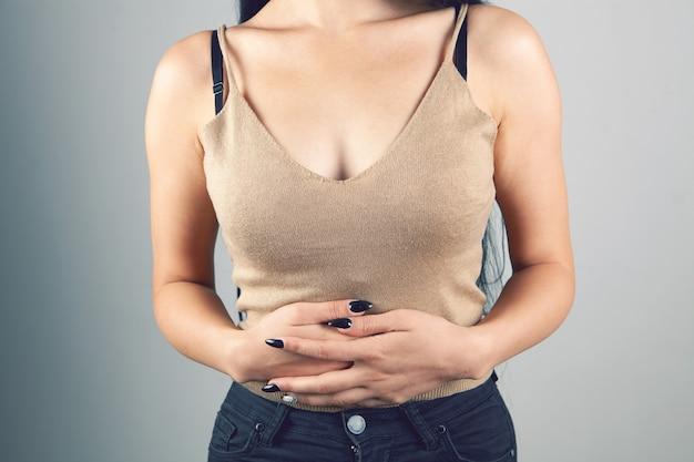La femme a mal au ventre