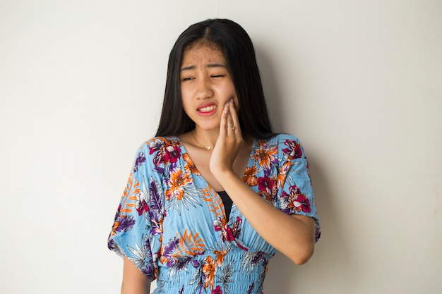 Femme avec mal de dents portrait de femme souffrant de maux de dents, carie dentaire, sensibilité dentaire fille soins de santé bucco-dentaire, concept de soins dentaires modèle femme jeune adulte asiatique