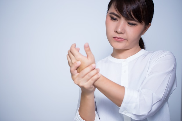 La femme a mal à la main