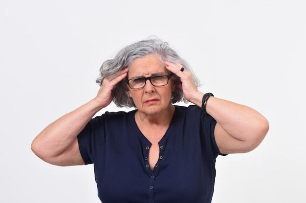 Femme avec mal de tête sur fond blanc