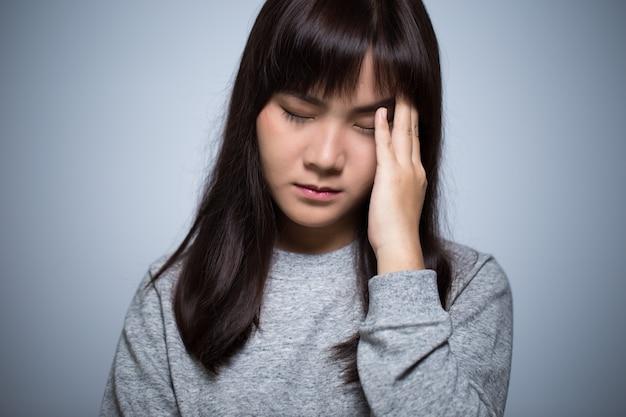 La femme a mal à la tête