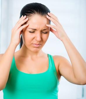 Femme avec un mal de tête