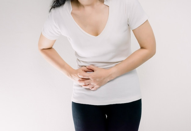 Une femme avec un mal de ventre à droite