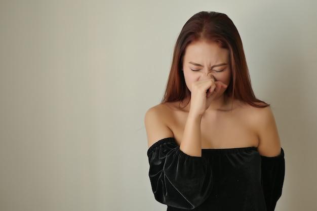 Femme malade allergique avec le nez qui coule