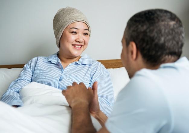 Une femme malade au lit avec son partenaire