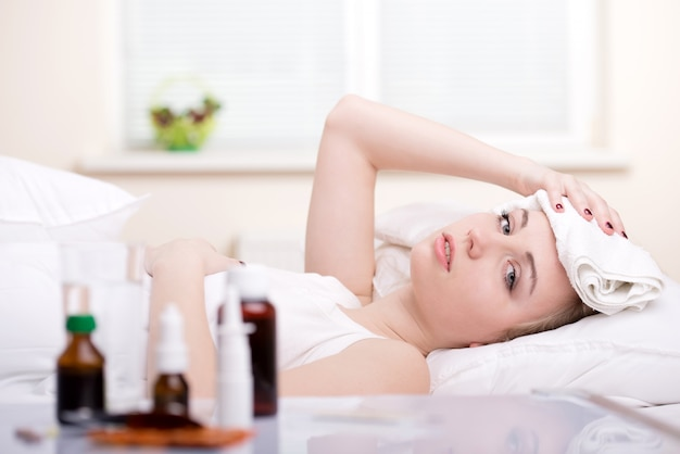Femme malade au repos au lit
