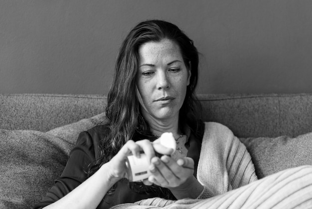 Femme malade sur le canapé