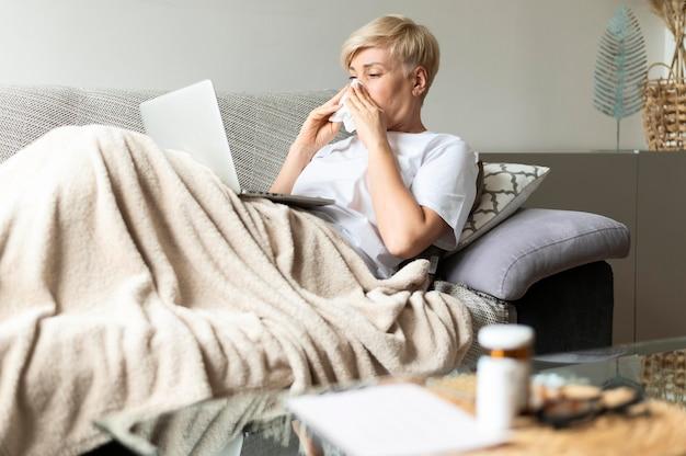 Femme malade de coup moyen avec un mouchoir en papier