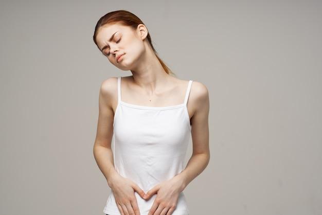 Femme malade douleur à l'aine maladie intime gynécologie fond clair